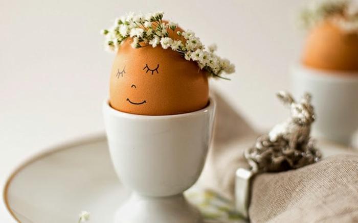 decoration de paques à faire soi meme facile, petit bol et oeuf décoré, assiette blanche, statuette de lapin