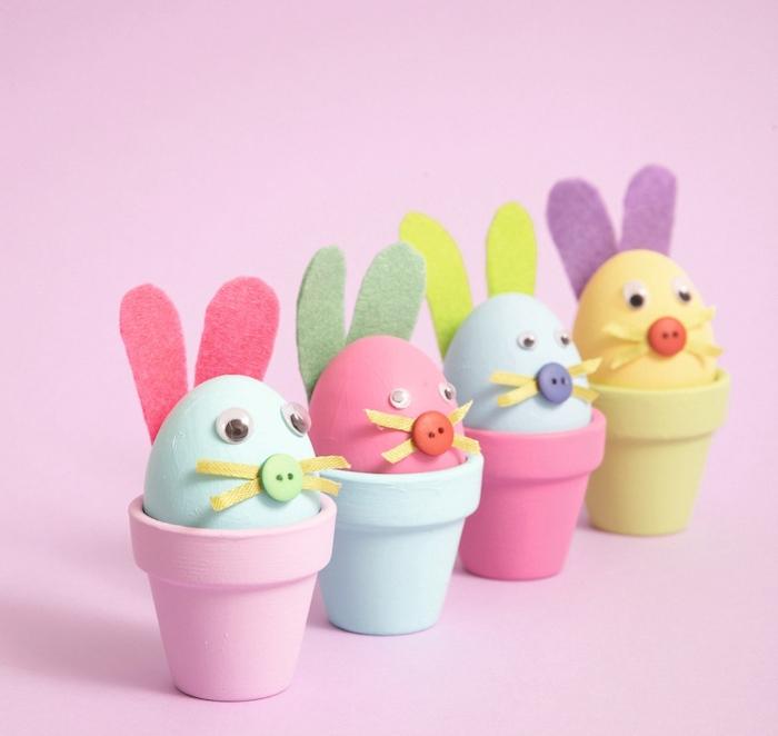 idées comment decorer des oeufs en couleurs à motif lapin aux oreilles de feutrine, museau en bouton coloré et des yeux mobiles