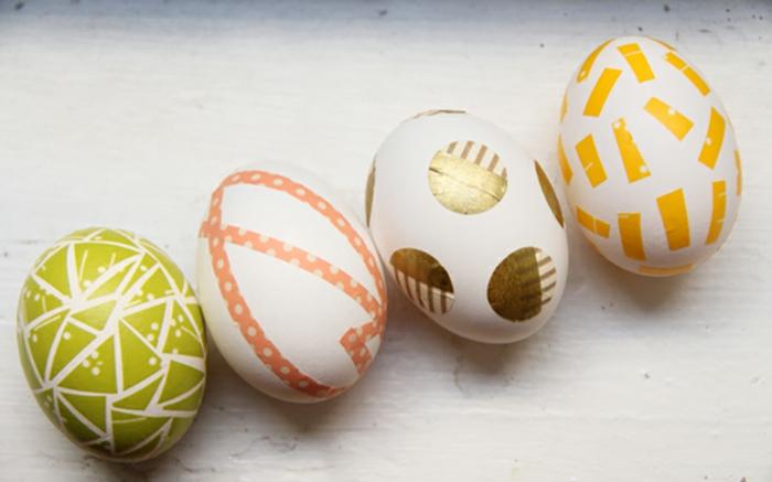 oeufs de pâques aux motifs graphiques, déco avec bande de washi, activité de paques