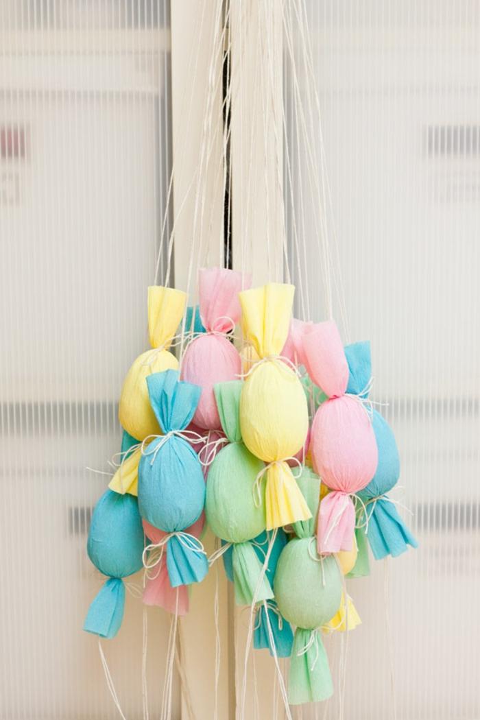 decoration paques, oeufs transformés en bonbons, oeufs enveloppés de papier fin suspendus