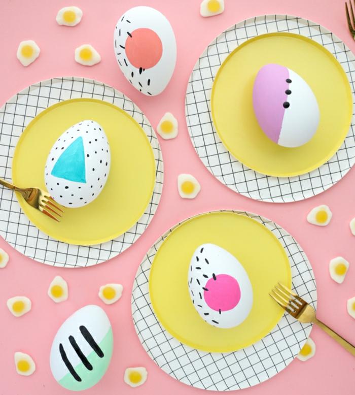 decoration de table pour paques, assiettes et oeufs en teintes pastels, nappe de table rose