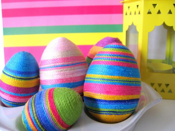 oeufs de pâques à faire soi-même, fils colorés qui enrobent des oeufs de pâques, lanterne jaune