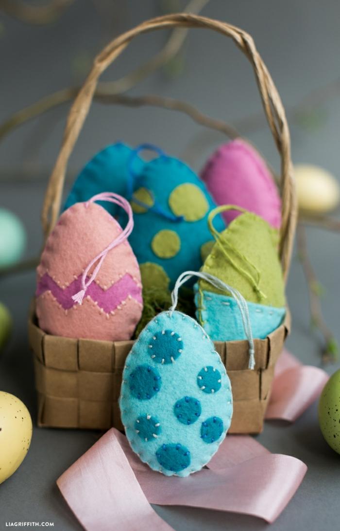 oeufs en textile cousus posés dans une petite corbeille décorative, déco à faire soi-même pour Pâques