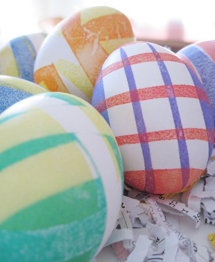 oeufs de paques aux motifs graphiques, décorer ses oeufs de manière originale, rayures croisées