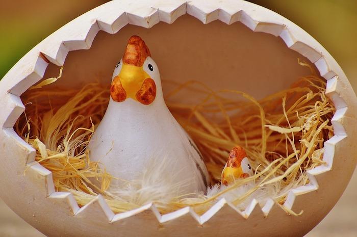 Oeuf craqué céramique figurines de poulet et poussin, joyeuses paques humour, belles images de paques