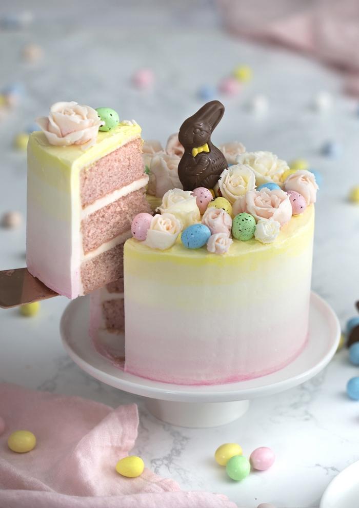 recette de layer cake sur le thème de pâques de génoises rose fourrés de crème au beurre, au joli glaçage dégradé décoré de petites roses en pâte d'amande et d'œufs en chocolat, menu de pâques facile et raffiné