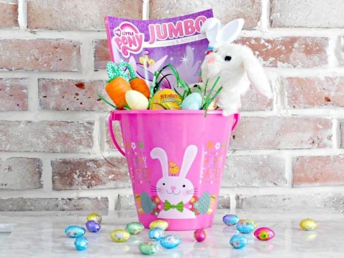 comment décorer un seau en plastique avec stickers pâques aux motifs oeufs et lapins, idée panier pâques pour enfants