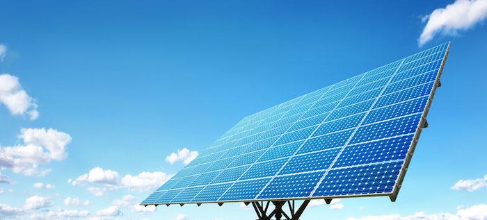 photo de panneaux solaires pour illustrer la douche d'extérieur solaire alimentée en eau chaude par le soleil