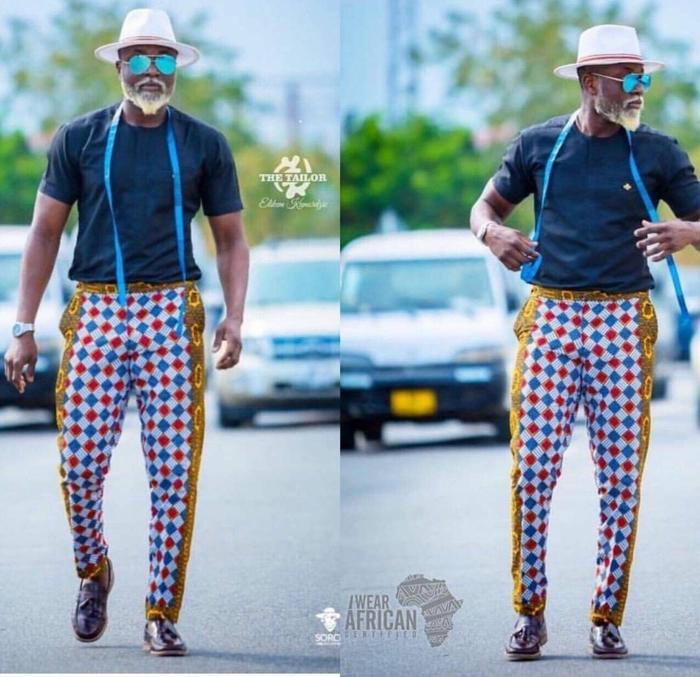 chemise bleue, pantalon africain homme, chapeau beige, bretelles bleus, lunettes de soleil, tenue chic homme