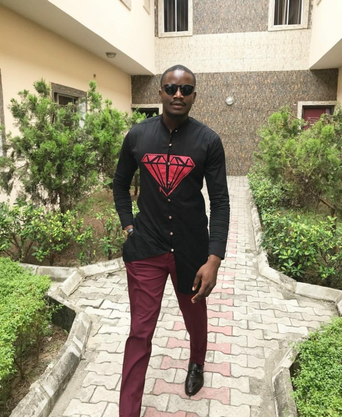 pantalon burgundy, chemise longue pour homme couleur noire, souliers noirs, lunettes de soleil