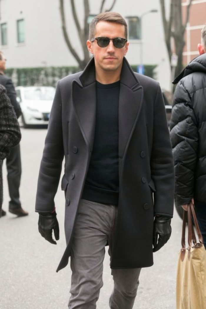 comment être homme élégant, idée tenue chic décontracté avec blouse noire combiné avec pantalon gris et manteau gris foncé