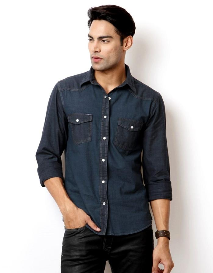 comment assortir une chemise denim foncé avec pantalon cuir noir, idée tenue de soirée homme decontracté
