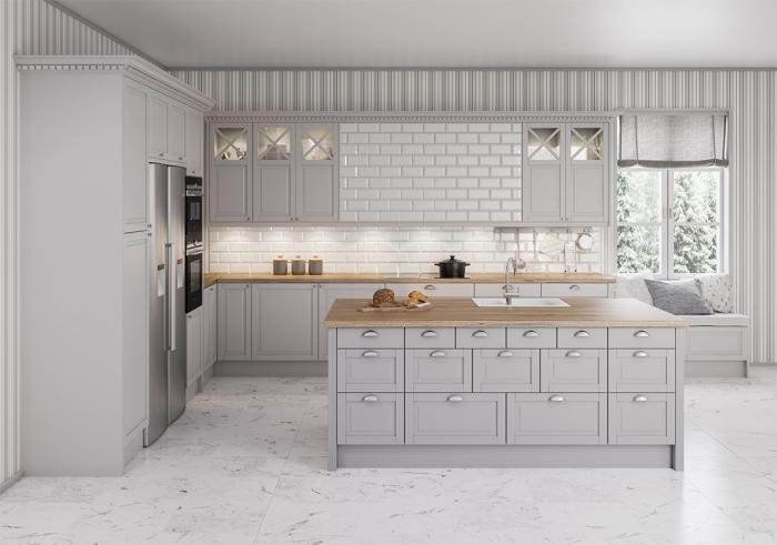 déco de cuisine traditionnelle blanche avec armoires gris clair et plan de travail en bois, déco sous fenêtres avec coussins