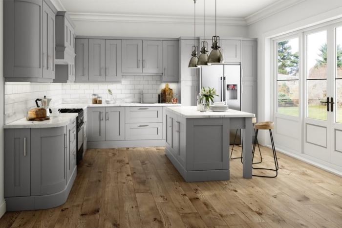 modèle de cuisine grise et blanche aménagée en style traditionnel avec accents contemporains, cuisine blanche avec parquet de bois