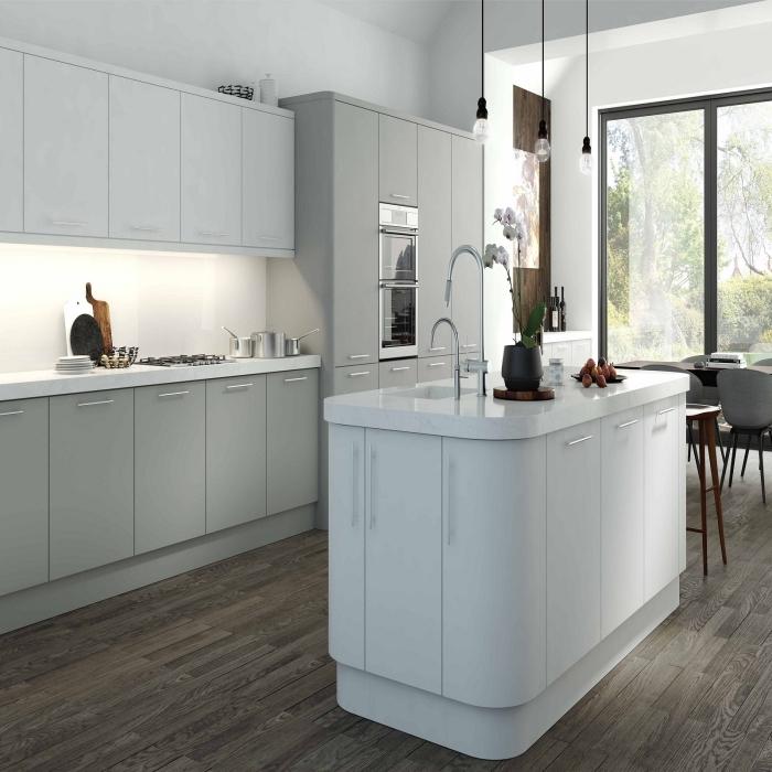 plan de cuisine en longueur avec îlot, modèle de cuisine contemporaine avec parquet de bois foncé et armoires en nuances de gris