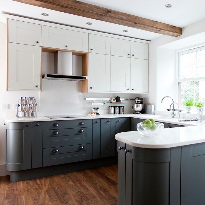 idée plafond avec poutre apparente de bois brut, comment aménager une petite cuisine en u, déco en blanc et gris anthacite