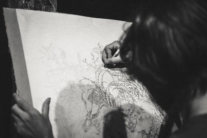 Femme qui créée de l'art, dessin de paysage, chouette dessin facile a faire et beau