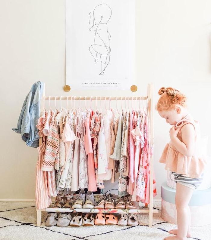 dressing ouvert enfant dans une chambre montessori, rangement vetements chaussures, petite fille mignonne