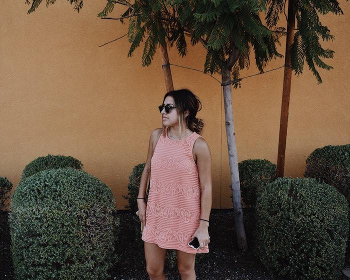 Robe rose pale, la couleur pêche moderne cette été, lunettes de soleil, ,chignon bas, chouette idée quelle robe dentelle blanche choisir, robe bohème chic dentelle