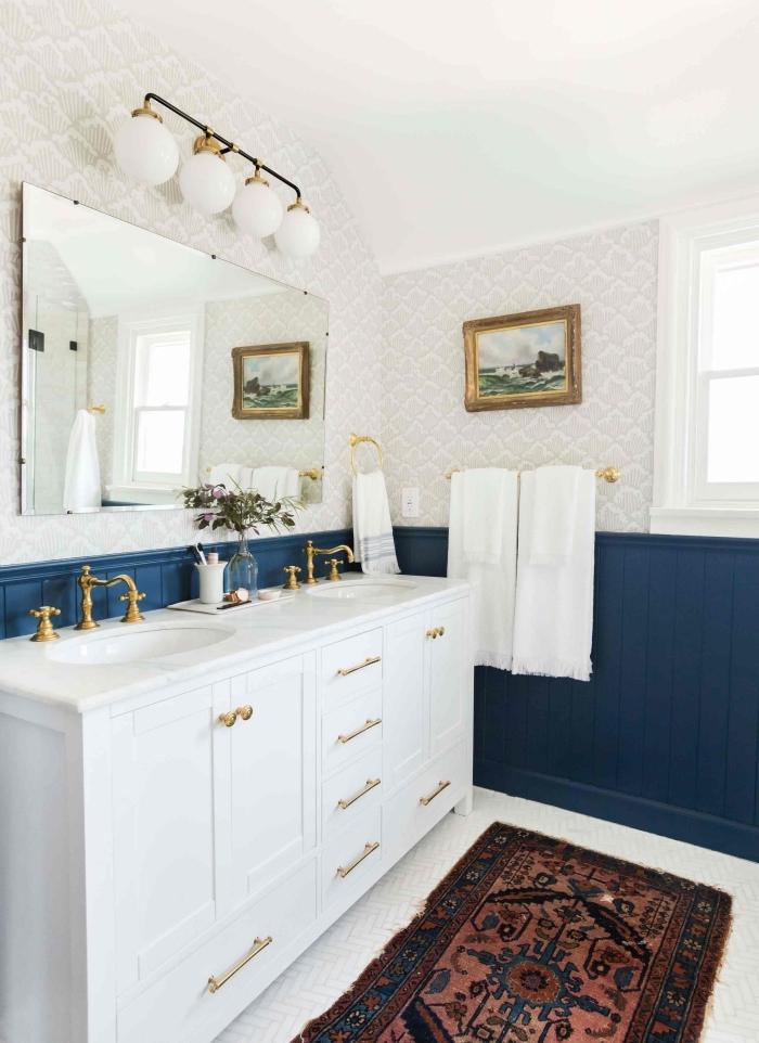 une peinture lambris bleu marine pour mettre en valeur le soubassement et apporter une touche de charme dans la salle de bains
