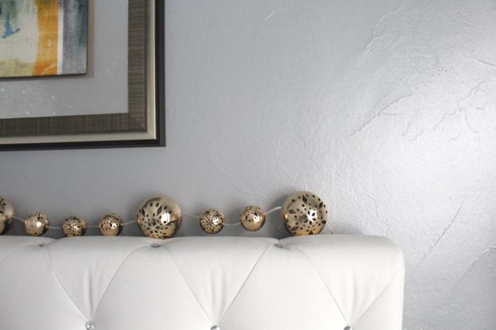 aménagement chambre adulte aux murs gris, quelle peinture pour chambre moderne, enduit à effet métallisé gris