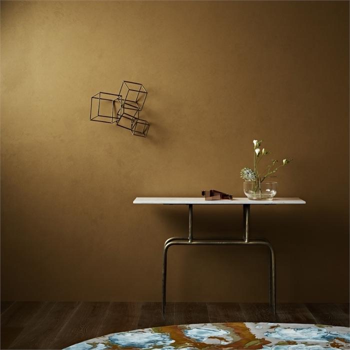 salon aux murs à effet doré, idée peinture métallisée pour un décor moderne, murs dorés et accessoires à finition métal