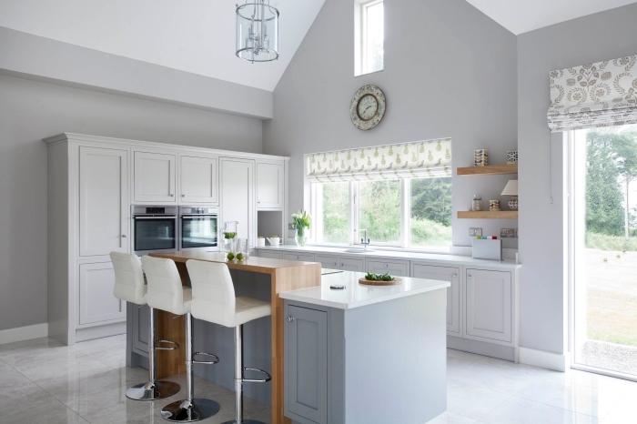 décoration de cuisine de style campagne chic aux murs de couleur gris clair et meubles bois et blanc, quelle couleur avec le gris