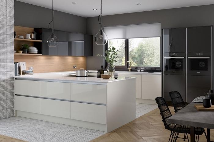 design intérieur cuisine moderne en U, quelle couleur avec le gris dans une cuisine contemporaine, idée crédence cuisine en bois