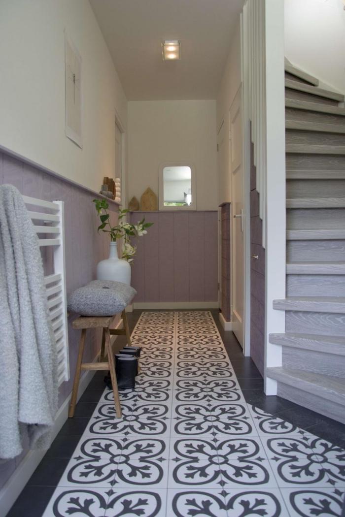 couloir blanc et mauve où le soubassement en lambris offre un joli contraste avec les carreaux ciment, peinture lambris tendance pour moderniser le revêtement en bois