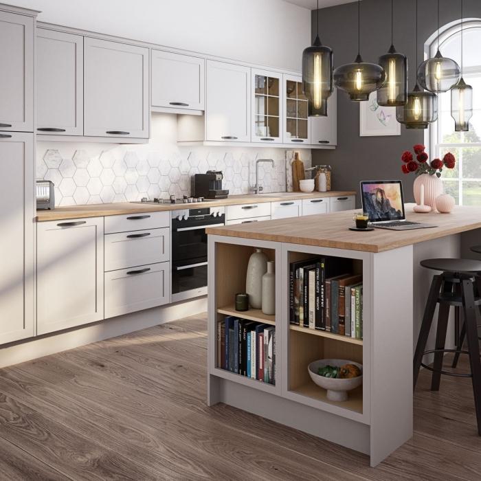 idée relooking cuisine blanche avec pan de mur en gris foncé et meubles bois clair, agencement cuisine en longueur avec îlot central