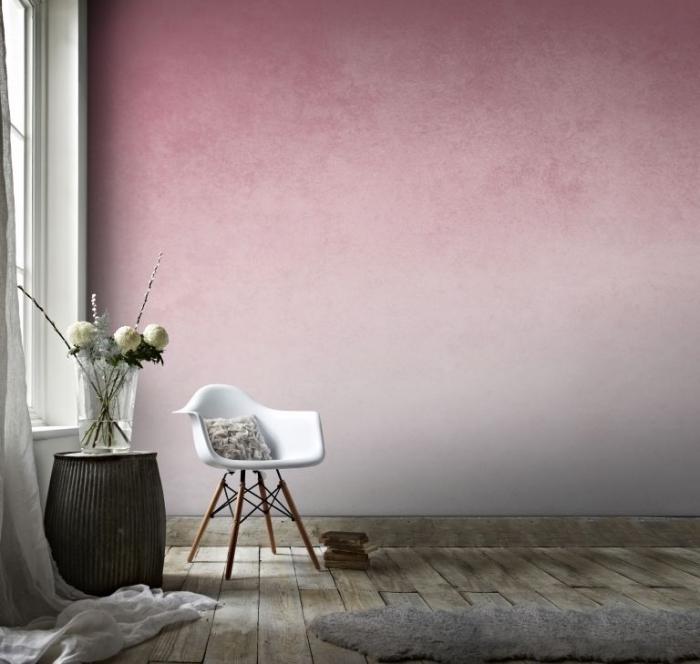 décoration salon aux murs rose pâle avec plancher bois brut, modèle de chaise blanche aux pieds bois et fer, exemple peinture sablée rose