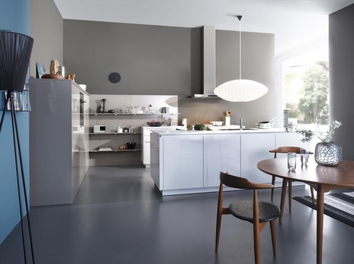 design cuisine contemporaine aux murs gris, déco de cuisine avec îlot central blanc laqué, idée quelle couleur avec le gris