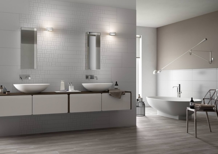 aménagement salle de bain moderne avec double vasque, modèle de baignoire autoportante avec robinet inox