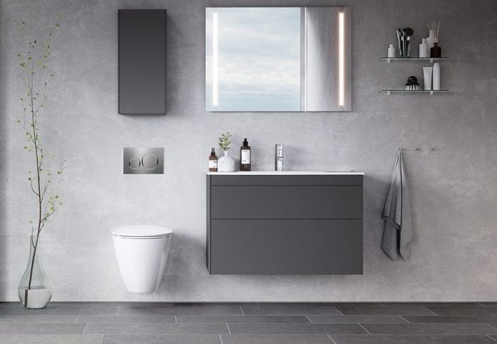 modèle de carrelage gris clair pour plancher salle de bain, exemple de peinture à effet gris béton clair, meuble salle de bain gris mate