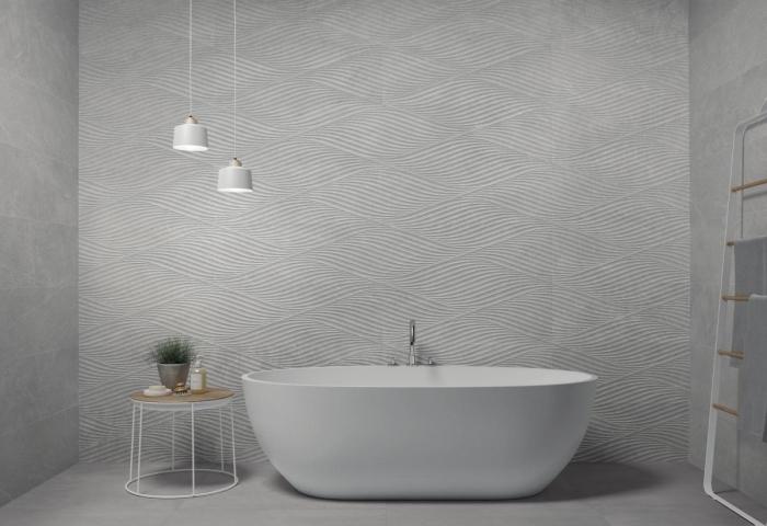déco de salle de bain gris et blanc, peinture à effet relief en gris et blanc, modèle salle de bain avec baignoire autoportante