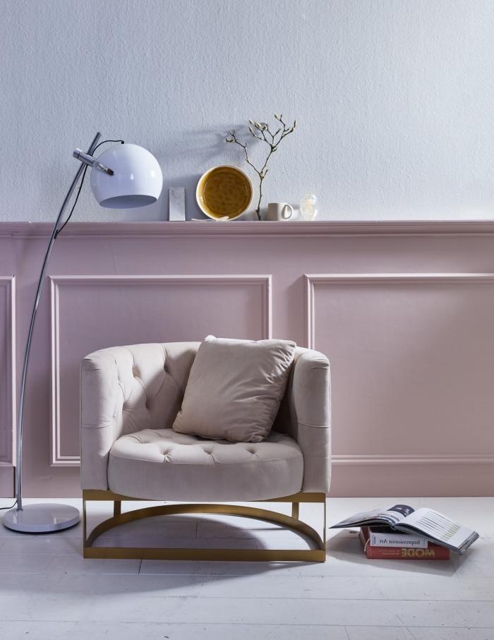 soubassement en boiserie rose poudré avec des moulures décoratives de la même, couleur mur chambre scandinave