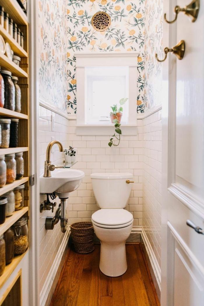 grange étagère dans les toilettes, carreaux métro blancs, papier peint floral, sol en bois, amenagement toilette