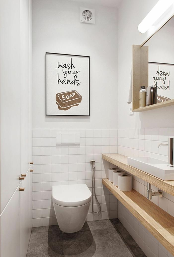 toilettes petit espace, deux grands rayons en bois, vasque blanche, peinture murale blanche, carrelage toilette blanc