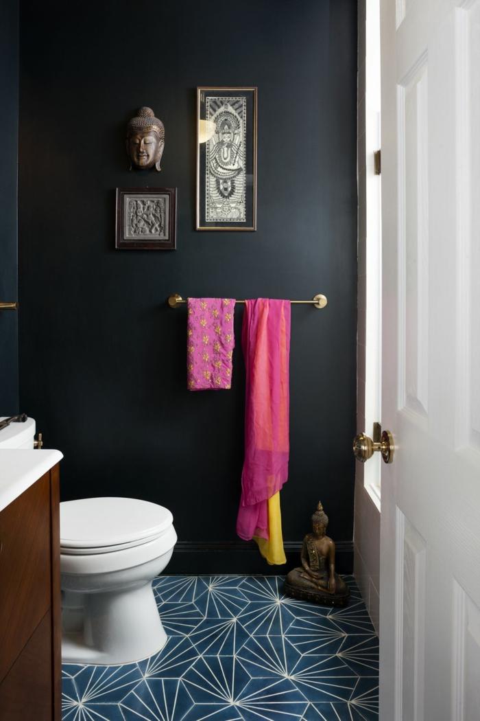 amenagement wc petit espace, sol bleu, statuette bouddha, serviette rose, porte peinte blanche