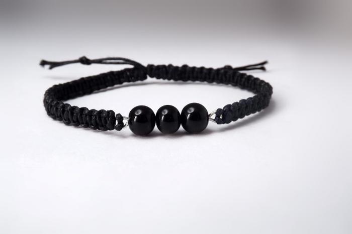 comment créer un bracelet shamballa facile, modèle de bracelet en fil cuir noir avec déco perles noires et fermeture réglable