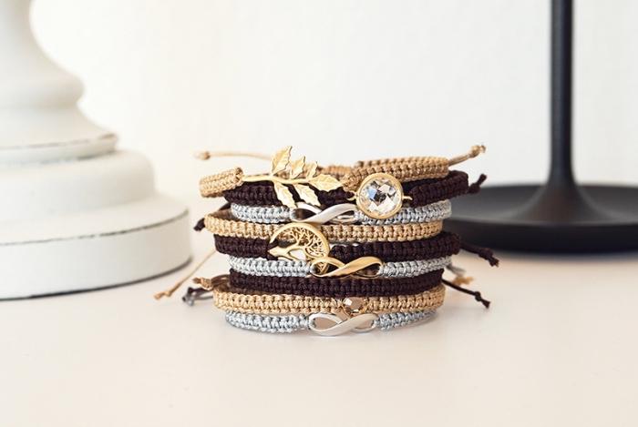 bijoux originaux à faire soi-même avec noeuds, modèle de bracelet tressé en fil de soie dorée avec ornement