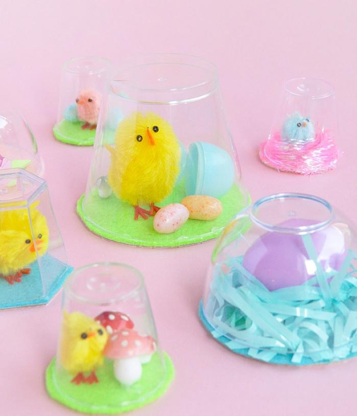 petit terrarium decoration avec fond de feutrine, gobelet en plastique, poussin jouet decoratif, oeufs et champignons decoratifs