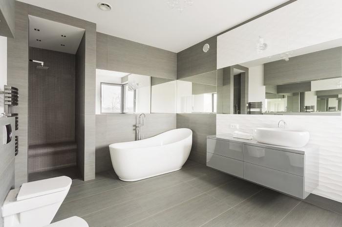 image salle de bain grise, modèle de baignoire autoportante, meubles bas salle de bain en gris laqué et blanc