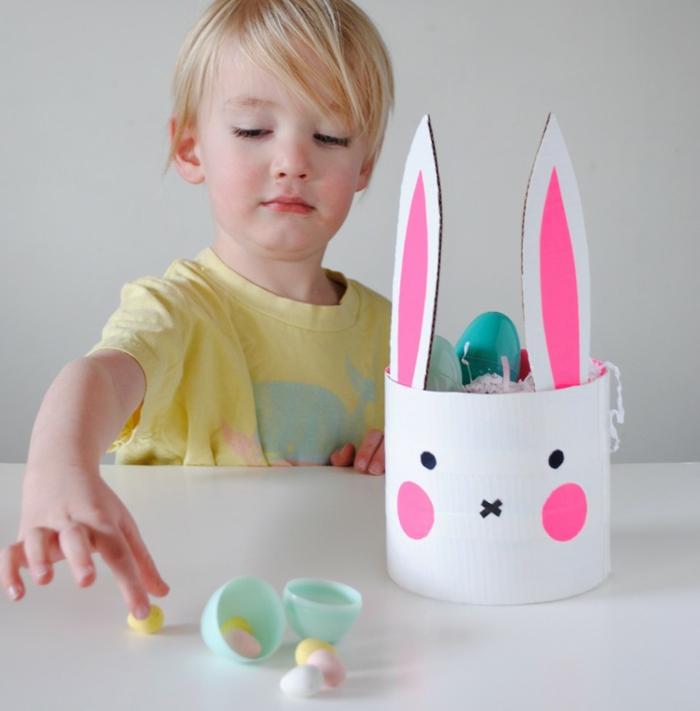 decoration paques facilen panier de pâques en carton, panier en forme de lapin plein d'oeufs