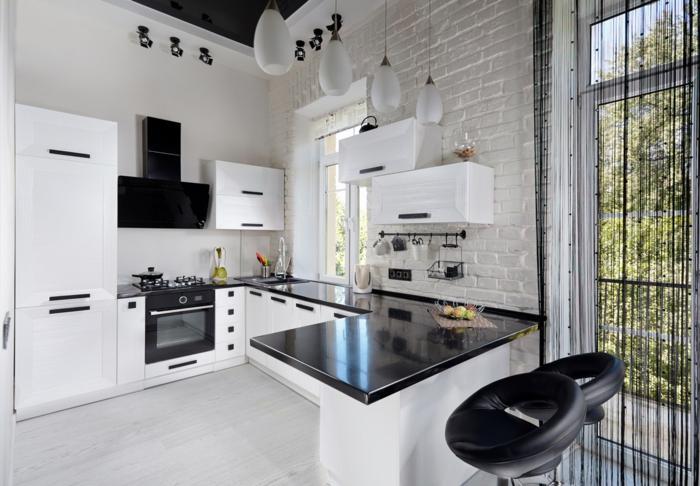 cuisine noire et blanche, mur décoratif en briques blanches, lampes suspendues blanches, amenagement petite cuisine