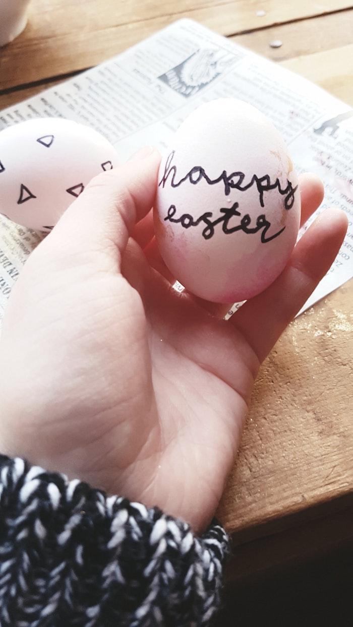 Écrire bonne fete de paques sur un oeuf blanc, belles images de paques, festive saison printemps