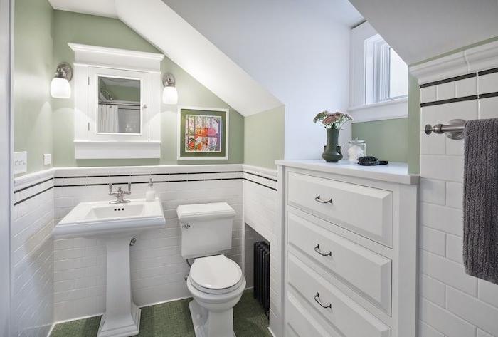 peinture salle de bain vert pistache avec soubassement en carrelage blanc, lavabo console blanc, wc blanc, meuble sdb encastrée, pente murale
