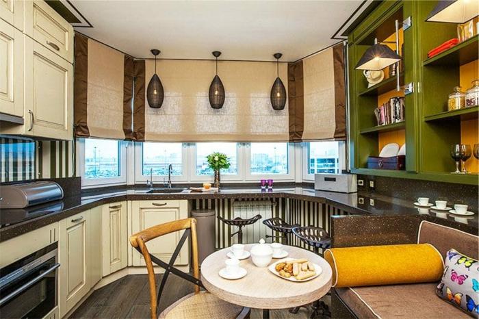 petite table bistrot, chaise bistrot ancienne, étagères vertes, sofa beige, rideaux bateau