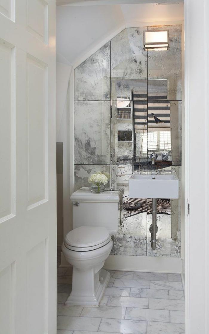 vasque flottante et robinet visible, carreaux effet miroir, porte blanche, amenagement wc banc