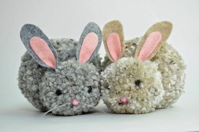 lapins faits avec pompons, petits lapins gris et beige avec deux pompons et deux paires d'oreilles cousues